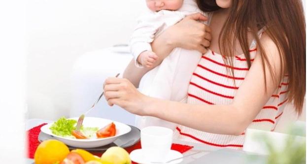 Trẻ sơ sinh bị táo bón mẹ nên ăn gì