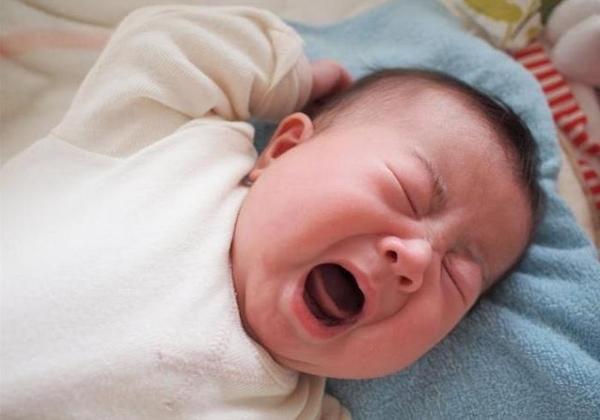 Trẻ sơ sinh vặn mình và giật mình