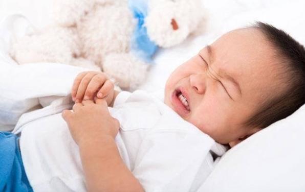 trẻ bị rối loạn tiêu hóa và sốt