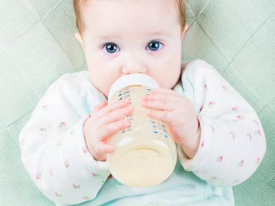 Thắc Mắc Của Nhiều Bà Mẹ: Trẻ Uống Sữa Công Thức Đi Ngoài Màu Xanh Có Bất Thường?